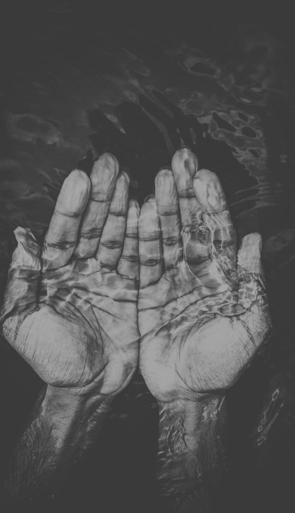 Zwei Handflächen unter Wasser