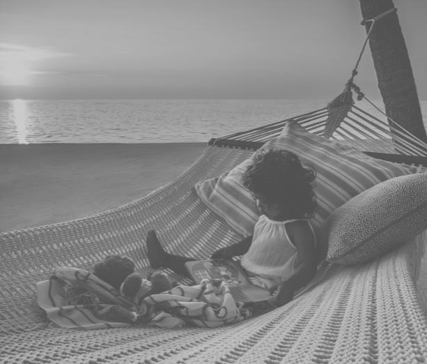 Mädchen in Hängematte am Strand des One&Only Reethi Rah