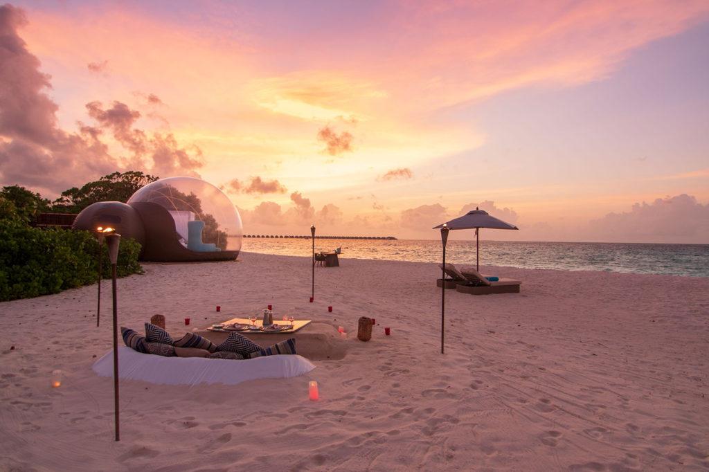 Beach Bubble des Finolhu im Sonnenuntergang