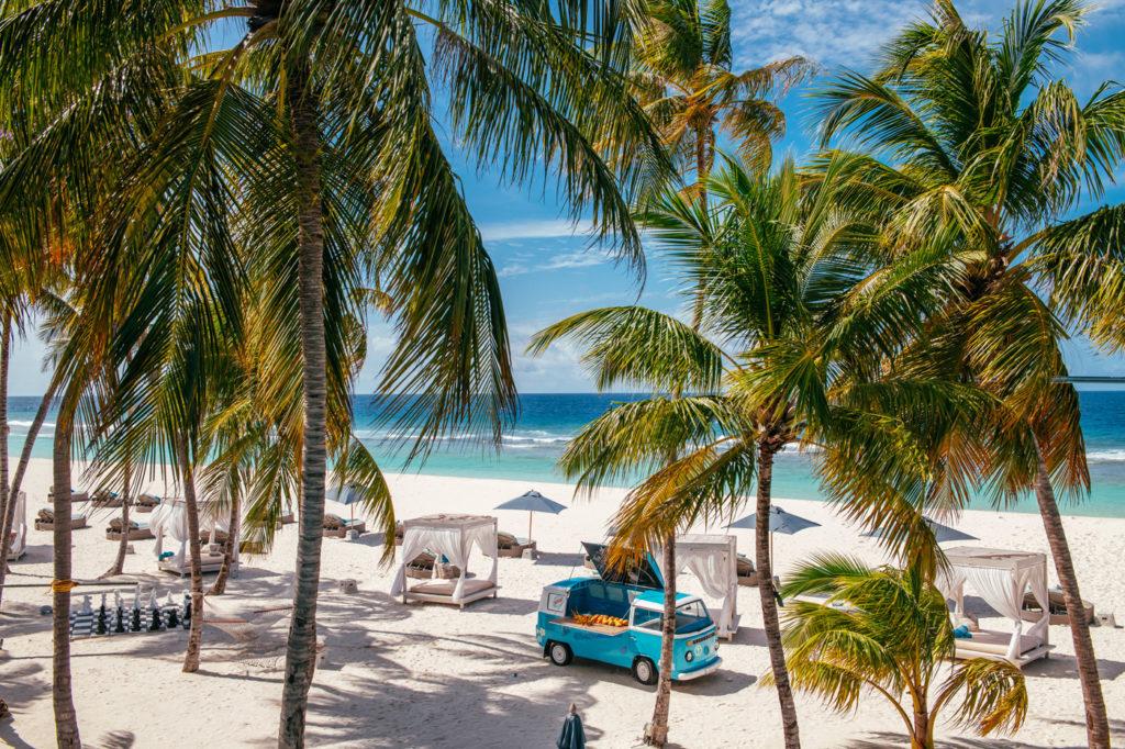 Beach Club des Finolhu mit Bar und Cabanas