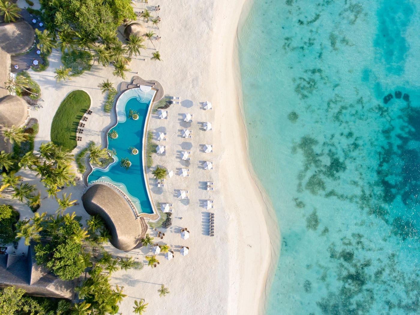 Strand mit Pool des Kanuhura aus der Vogelperspektive