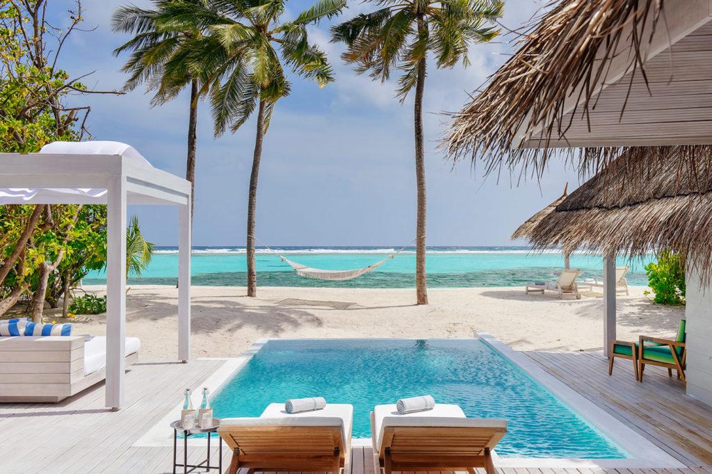 Terrasse mit Blick aufs Meer in einer Beach Villa des Kanuhura