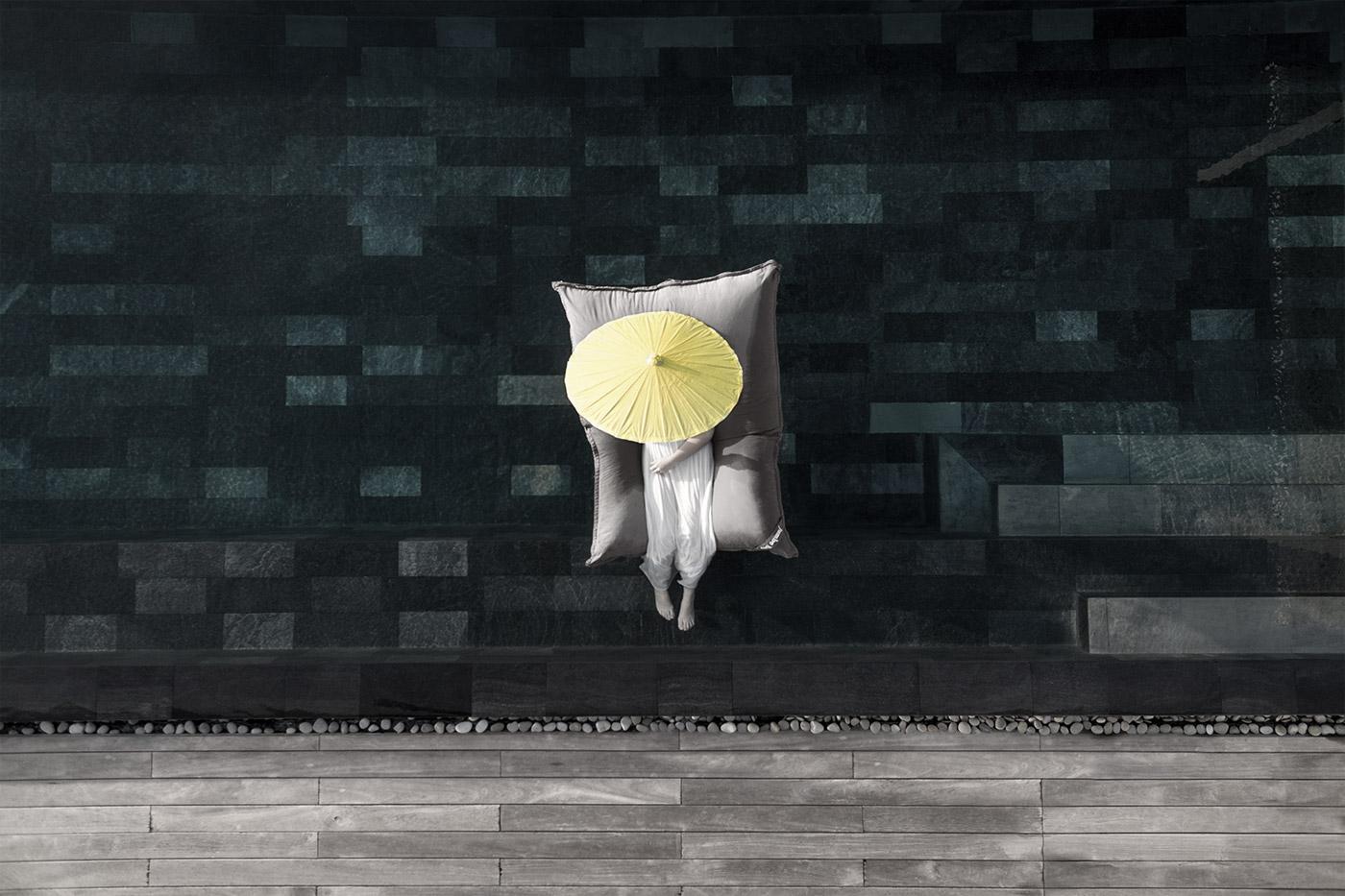 Frau auf Luftmatratze im Pool des Cheval Blanc Randheli