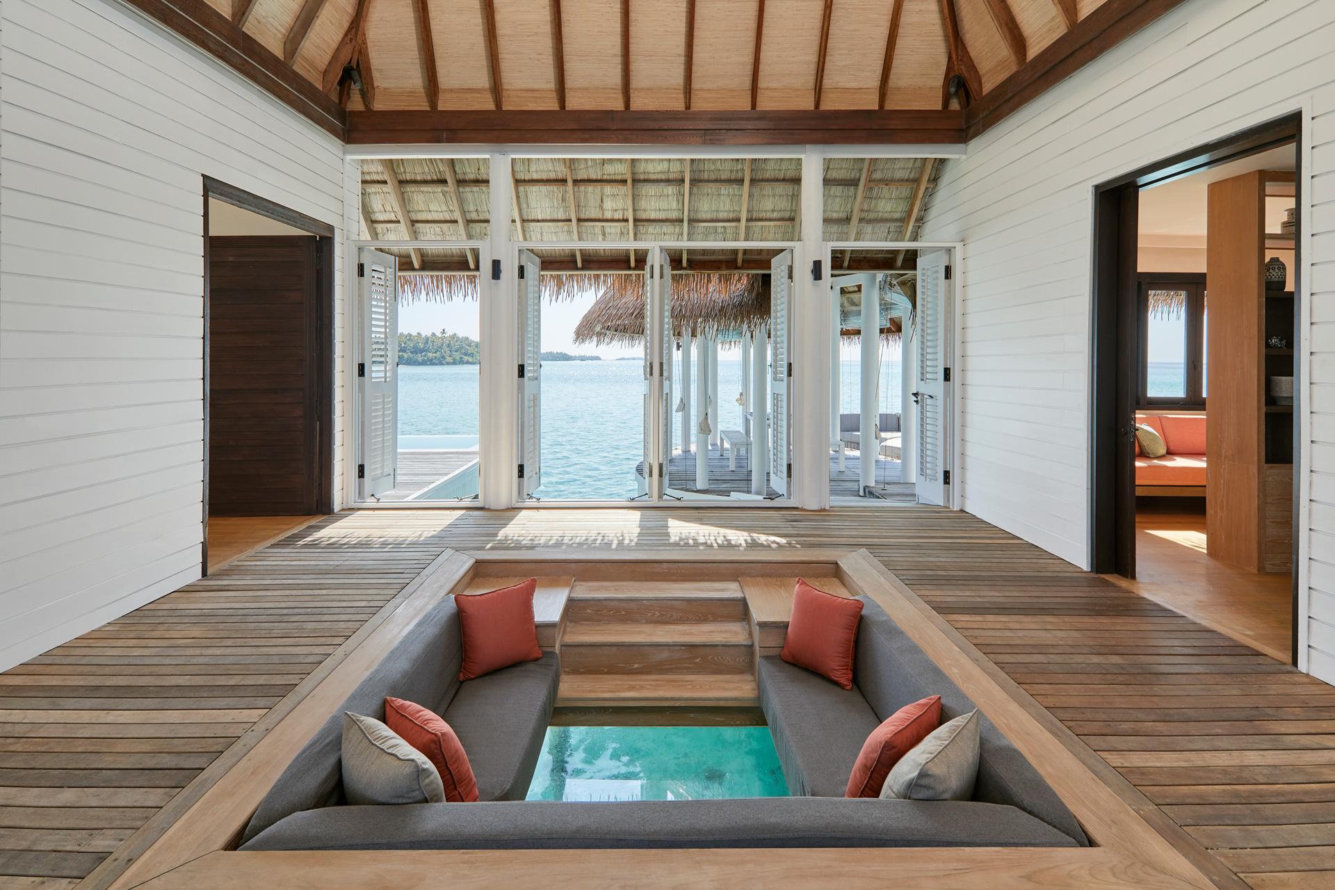 Glasboden mit Blick ins Wasser in einer Water Villa