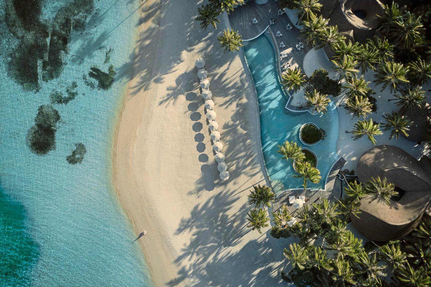 Strand und Pool aus der Vogelperspektive