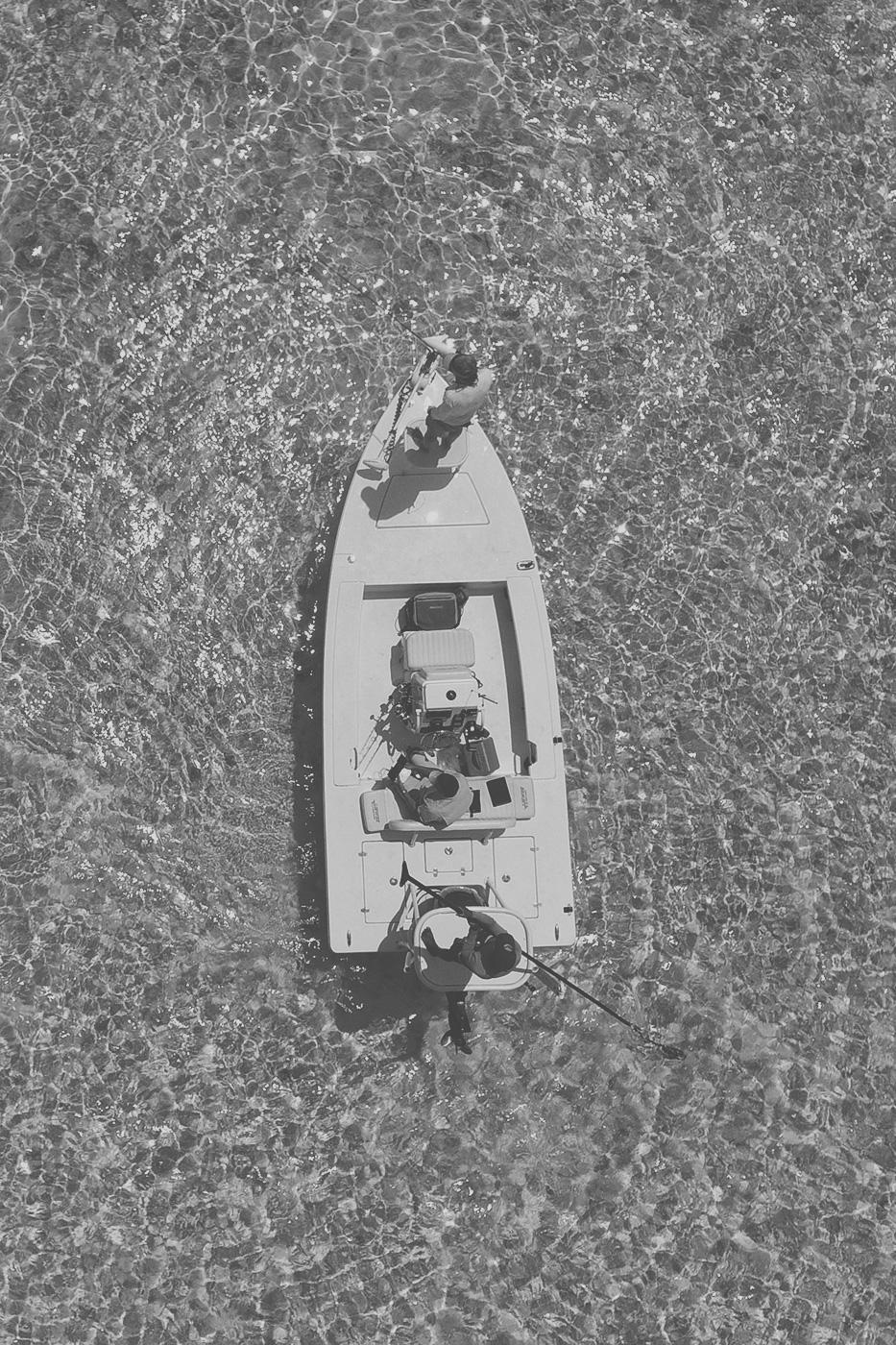 Angler beim Fliegenfischen in einem Boot