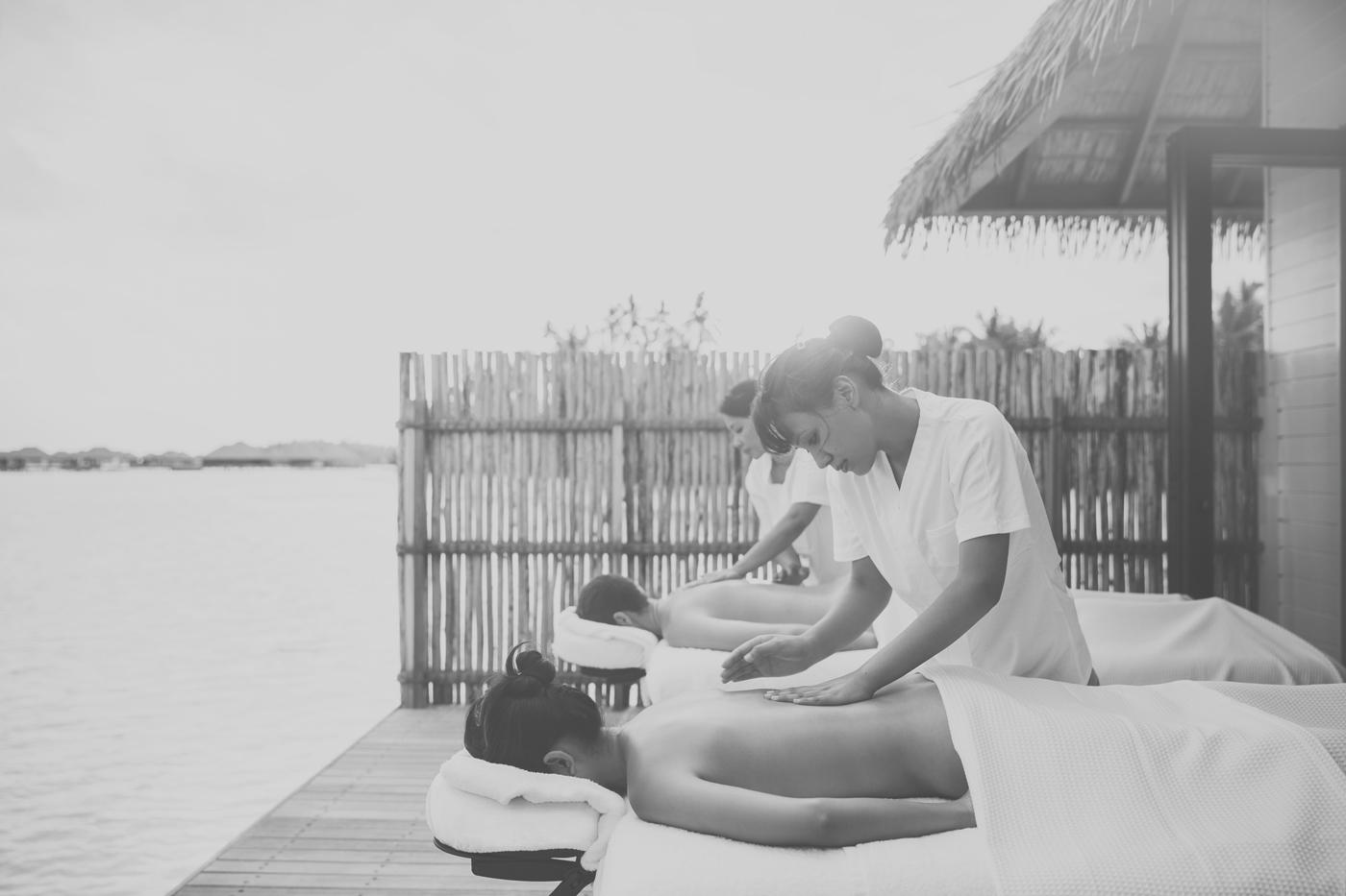 Hochzeitspaar erhält Massage im COMO Maalifushi