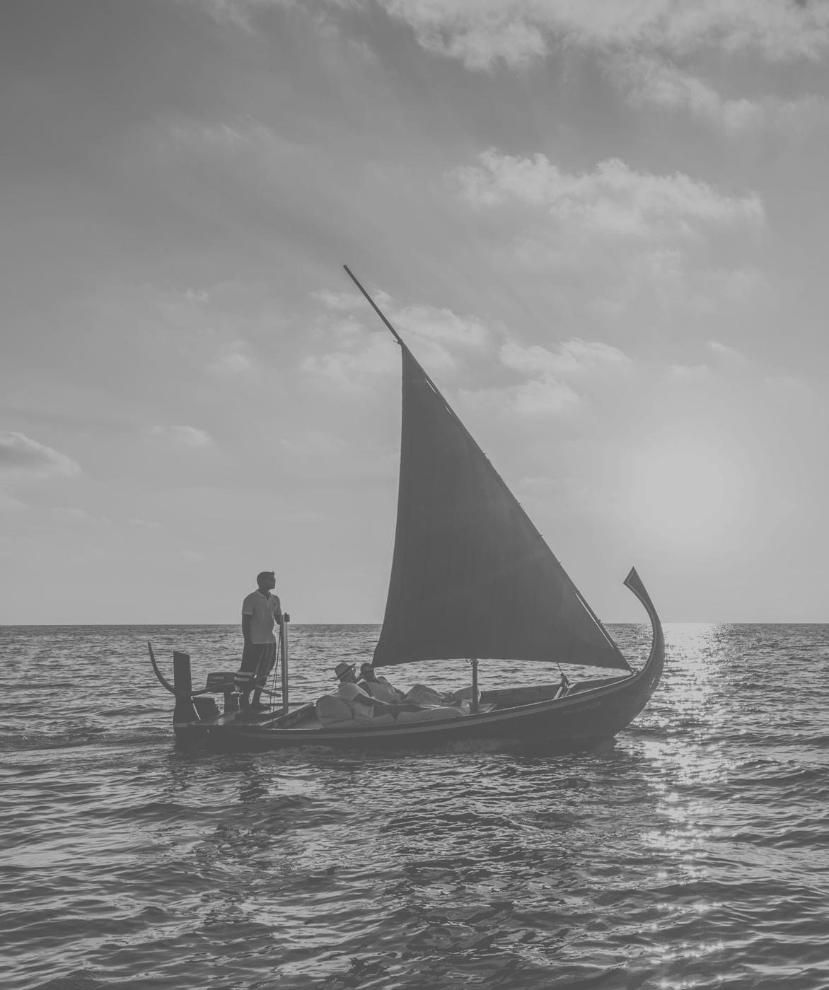 Hochzeitspaar auf Segelboot im COMO Maalifushi