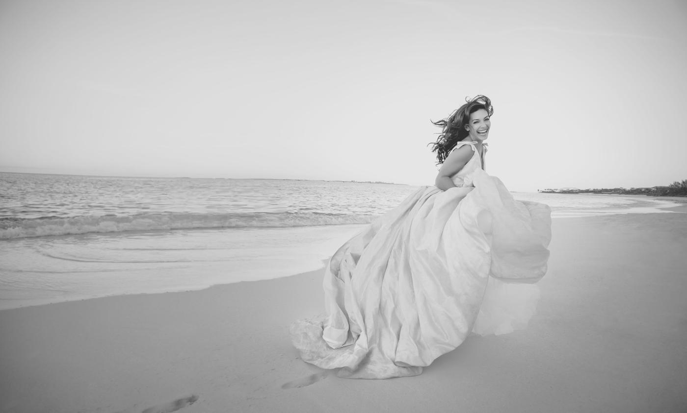Braut im Brautkleid am Strand des One&Only Reethi Rah