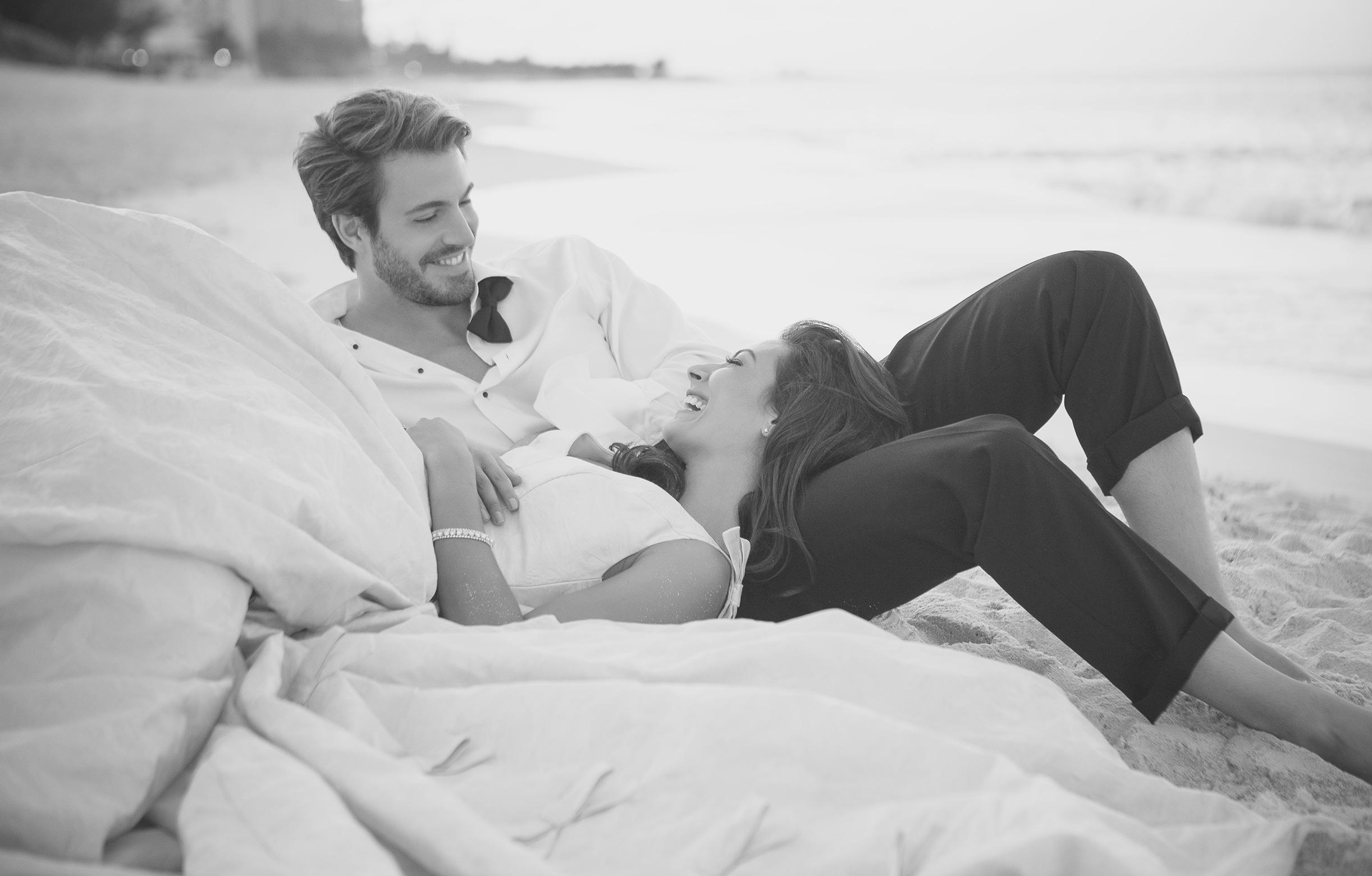 Hochzeitpaar kuschelt am Strand des One&Only Reethi Rah