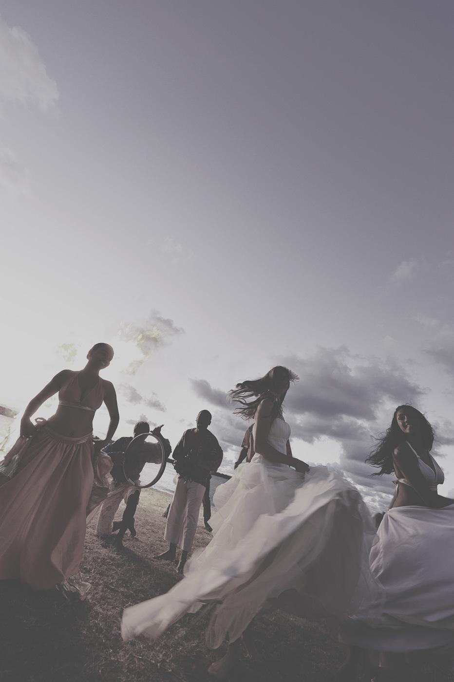 Hochzeitsgäste tanzen am Strand