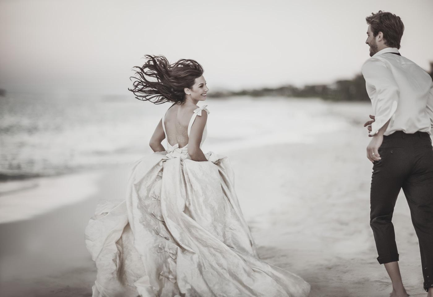 Hochzeitspaar läuft über den Strand