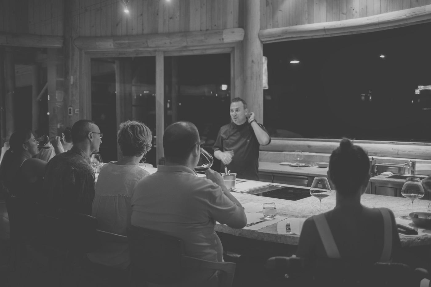 Tim Raue unterhält sich mit seinen Gästen in der Küche