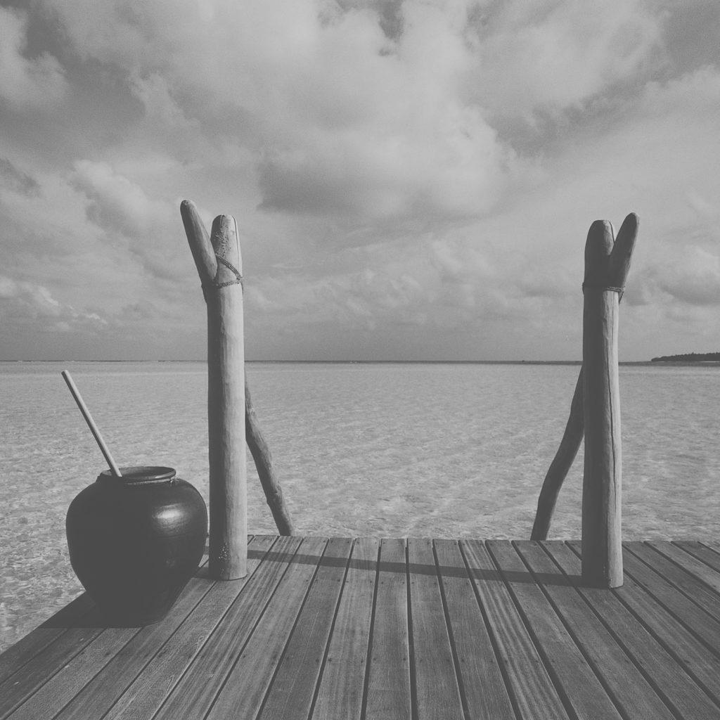 Holztreppe ins Meer in einer Water Villa des COMO Cocoa Island
