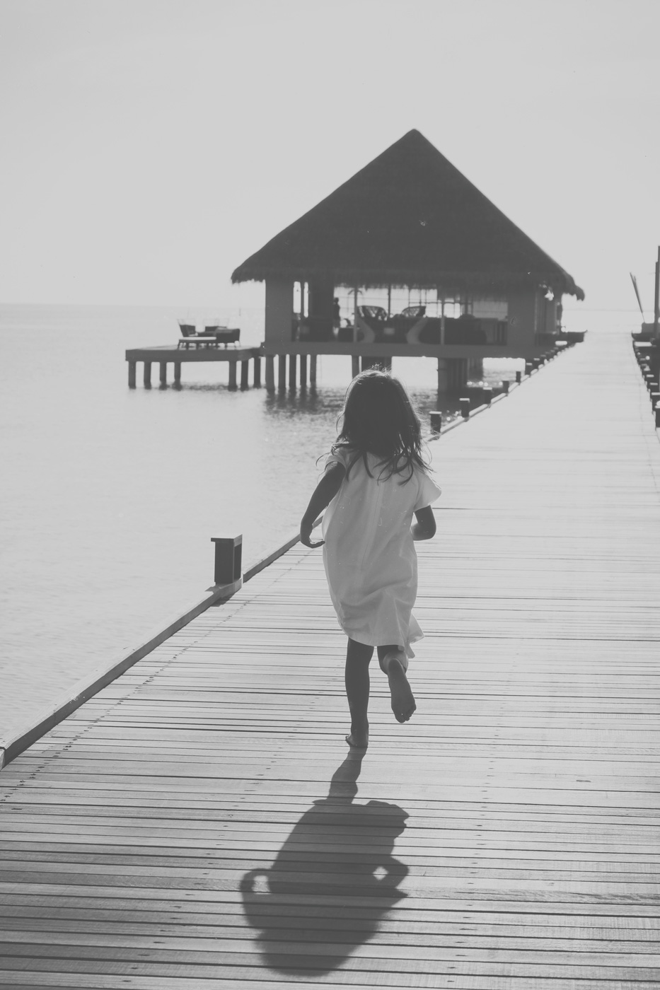 Mädchen läuft über den Steg des Kanuhura