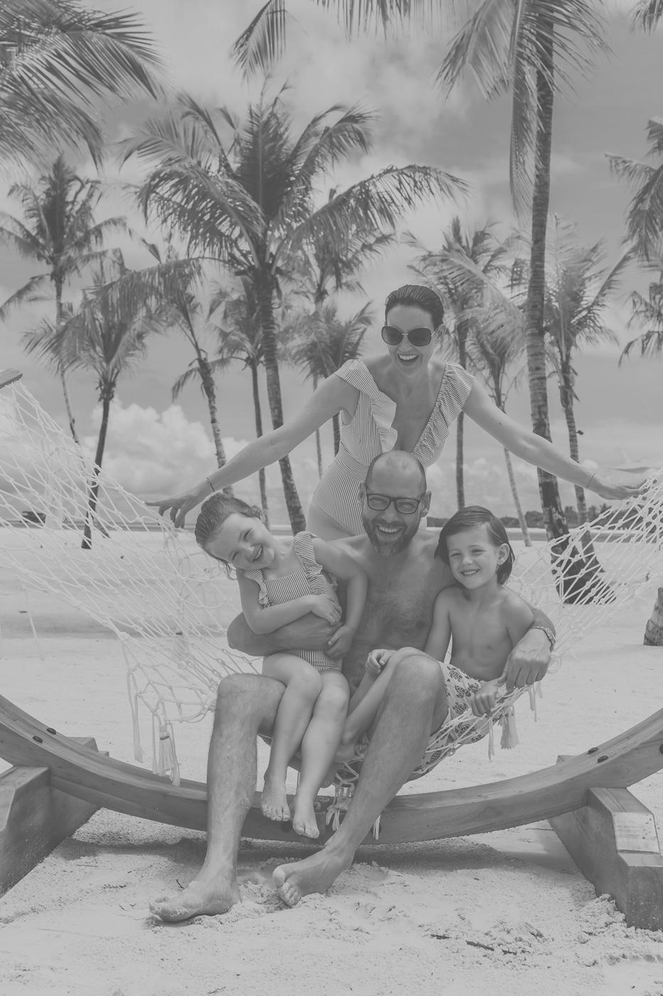Familie in Hängematte am Strand des Kanuhura