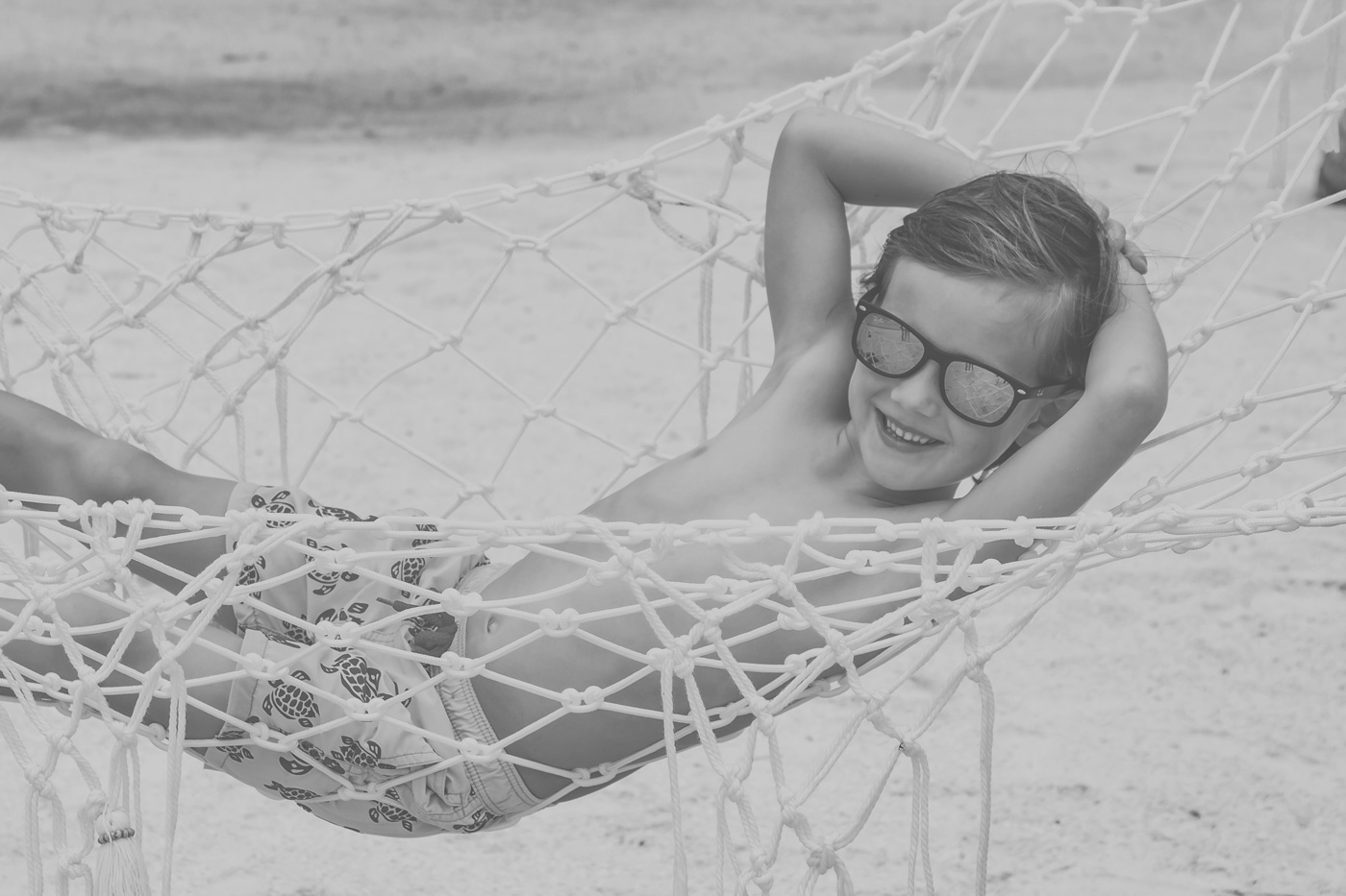 Kind in Hängematte am Strand des Kanuhura