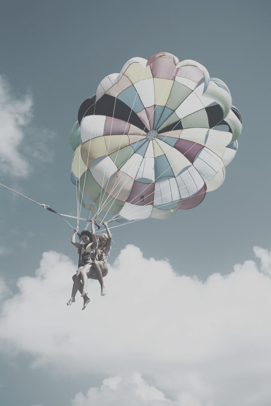 Teenager beim Parasailing auf den Malediven