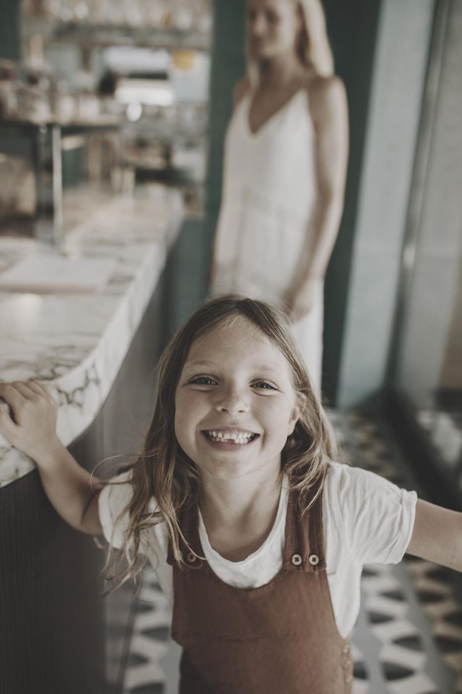 Mädchen lacht glücklich in Eisdiele