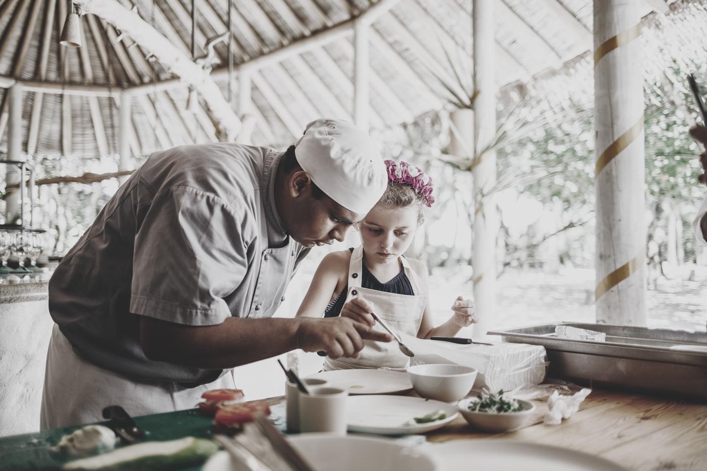 Kind kocht mit Chefkoch im Soneva Fushi
