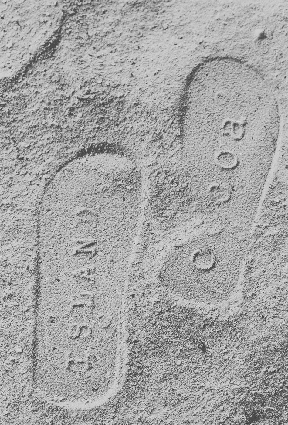 Fußabdrücke im Sandstrand des COMO Cocoa Island