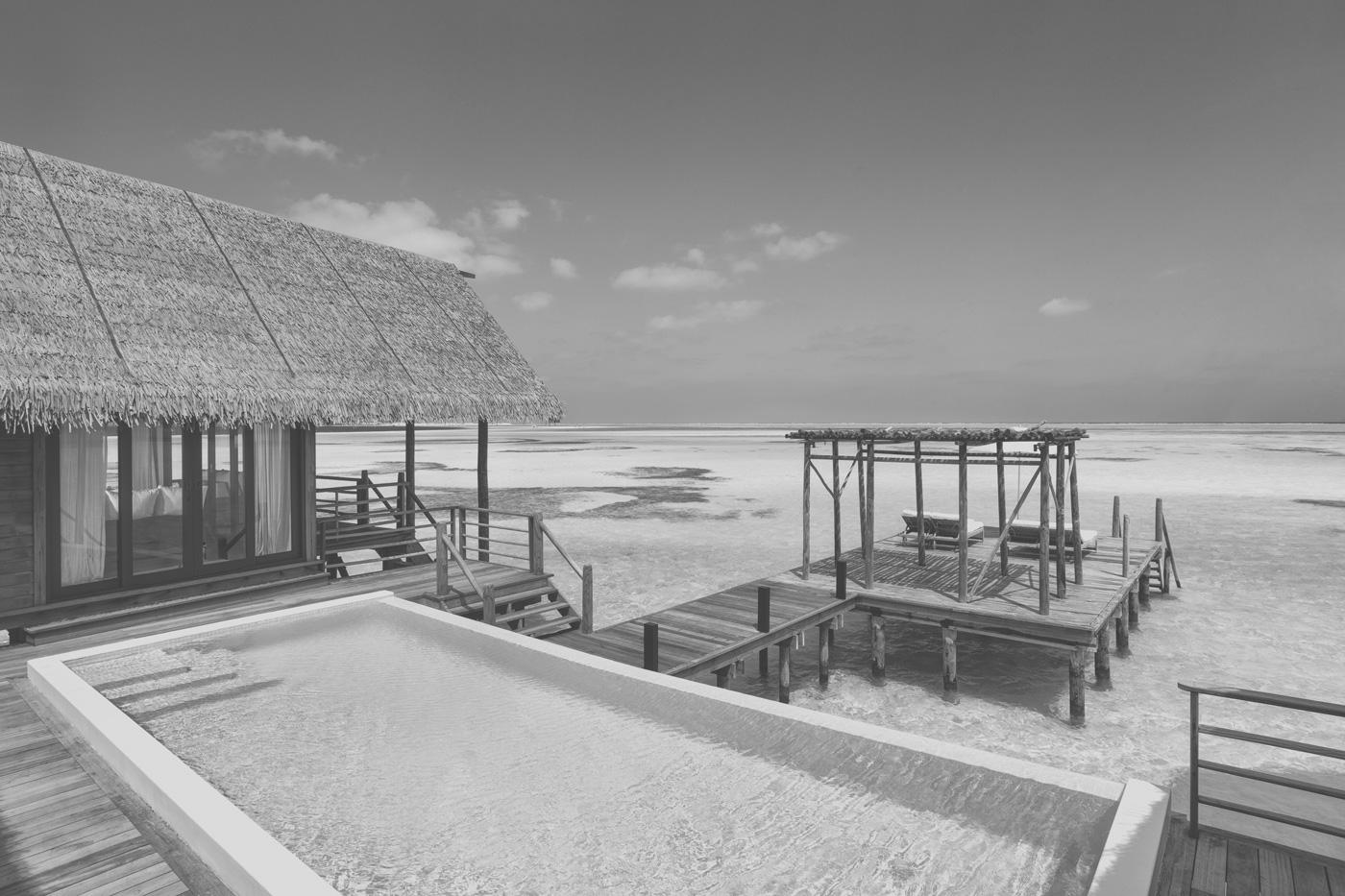 Pool & Sonnendeck einer Wasservilla des COMO Cocoa Island