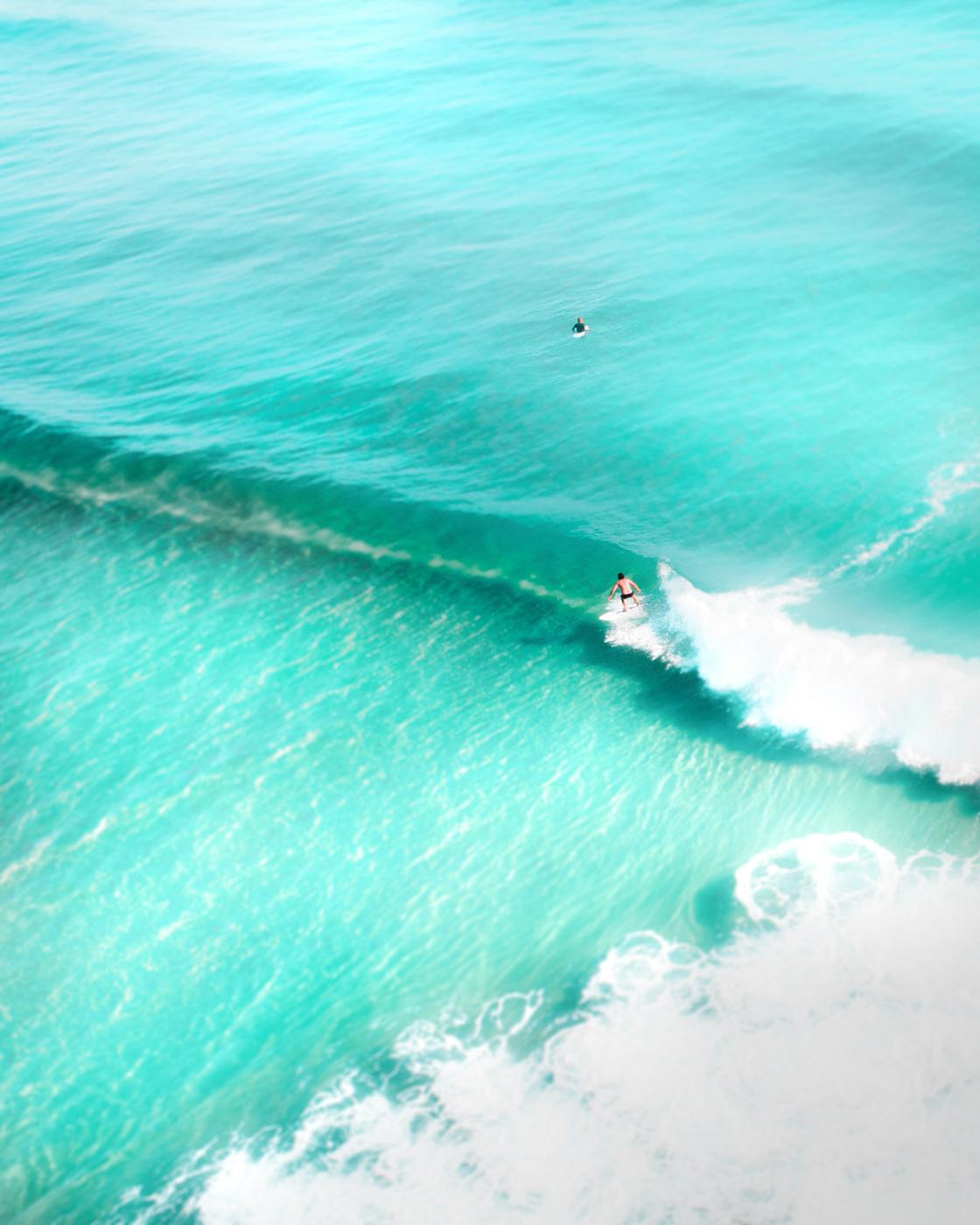Surfer reitet Welle am Chicken Surfspot