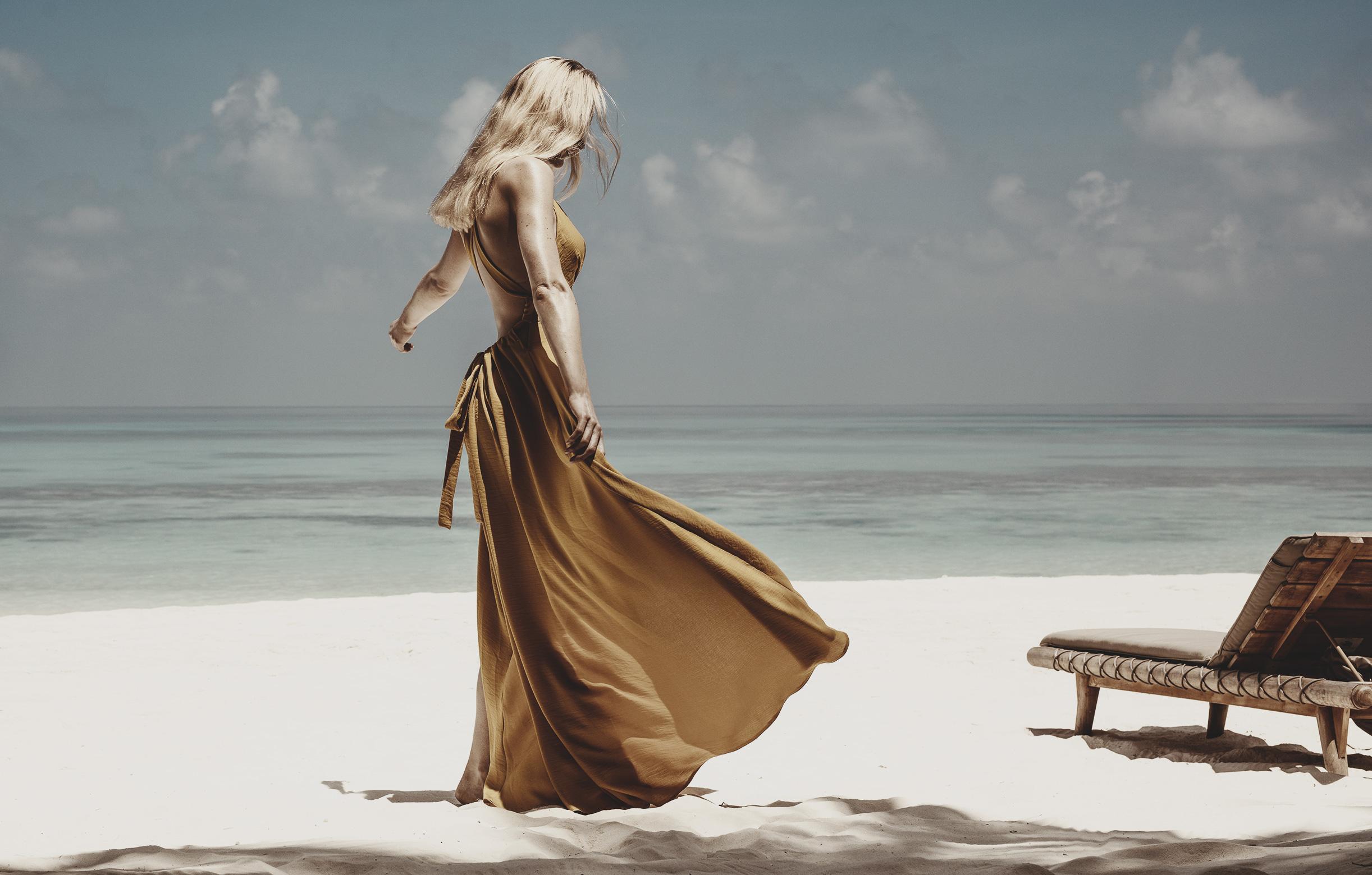 Frau mit Kleid auf Maledivenstrand