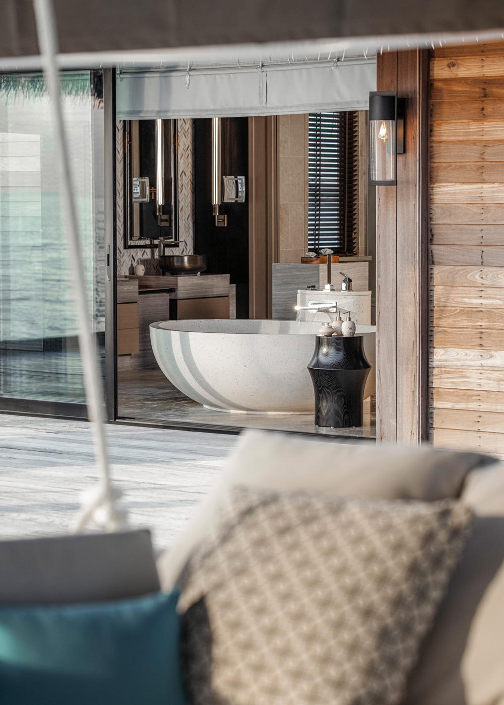 Badezimmer einer Overwater Villa im Waldorf Astoria