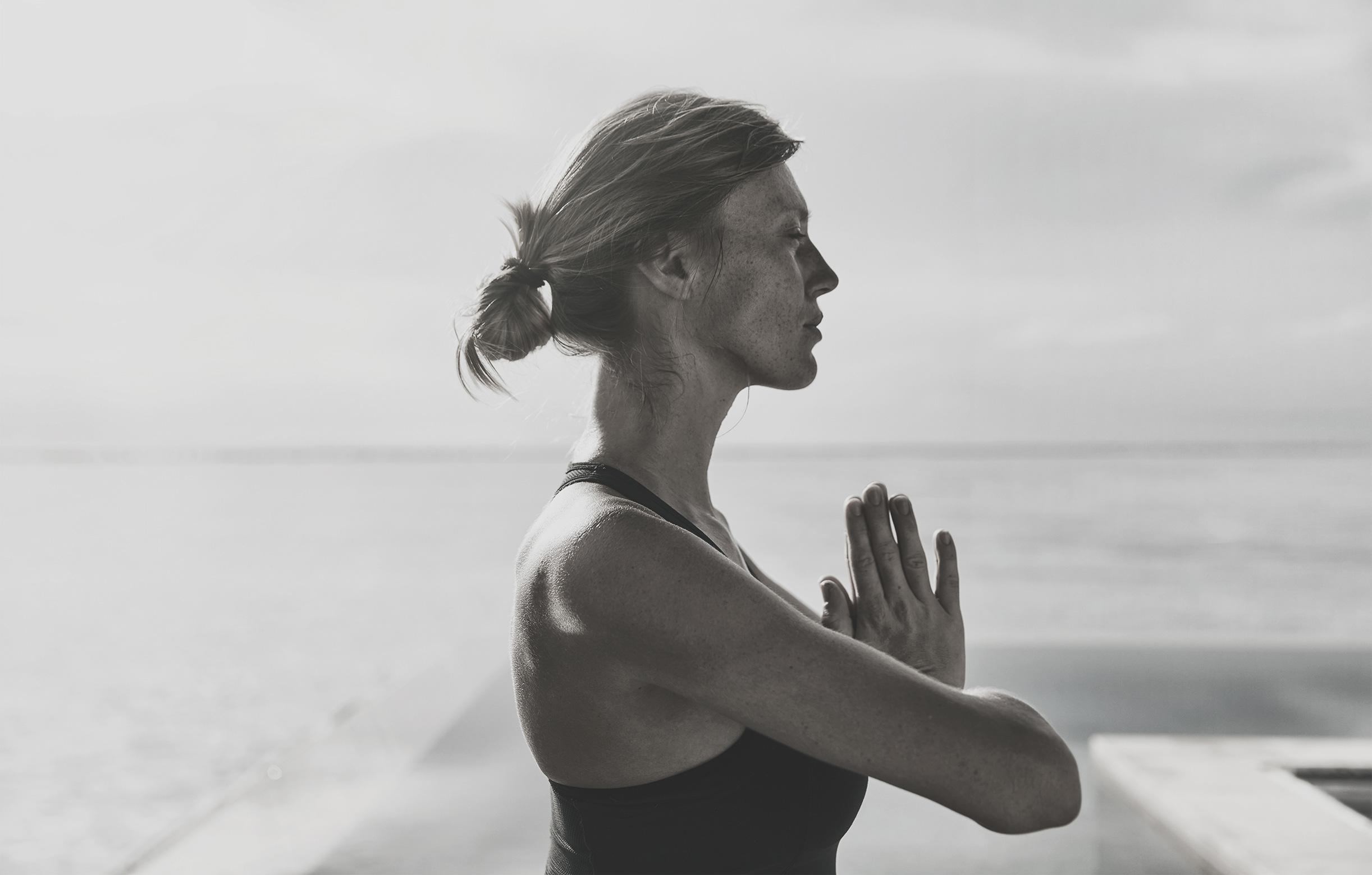 Frau macht Yoga im COMO Maalifushi