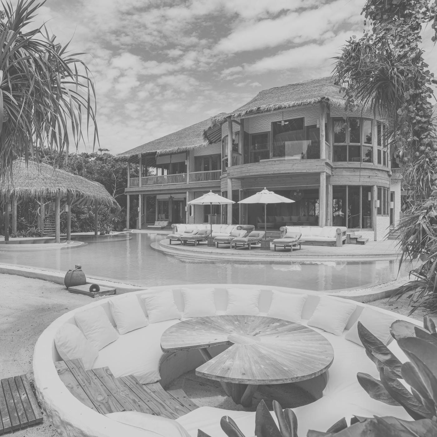 Außenansicht einer Villa mit Pool im Soneva Fushi