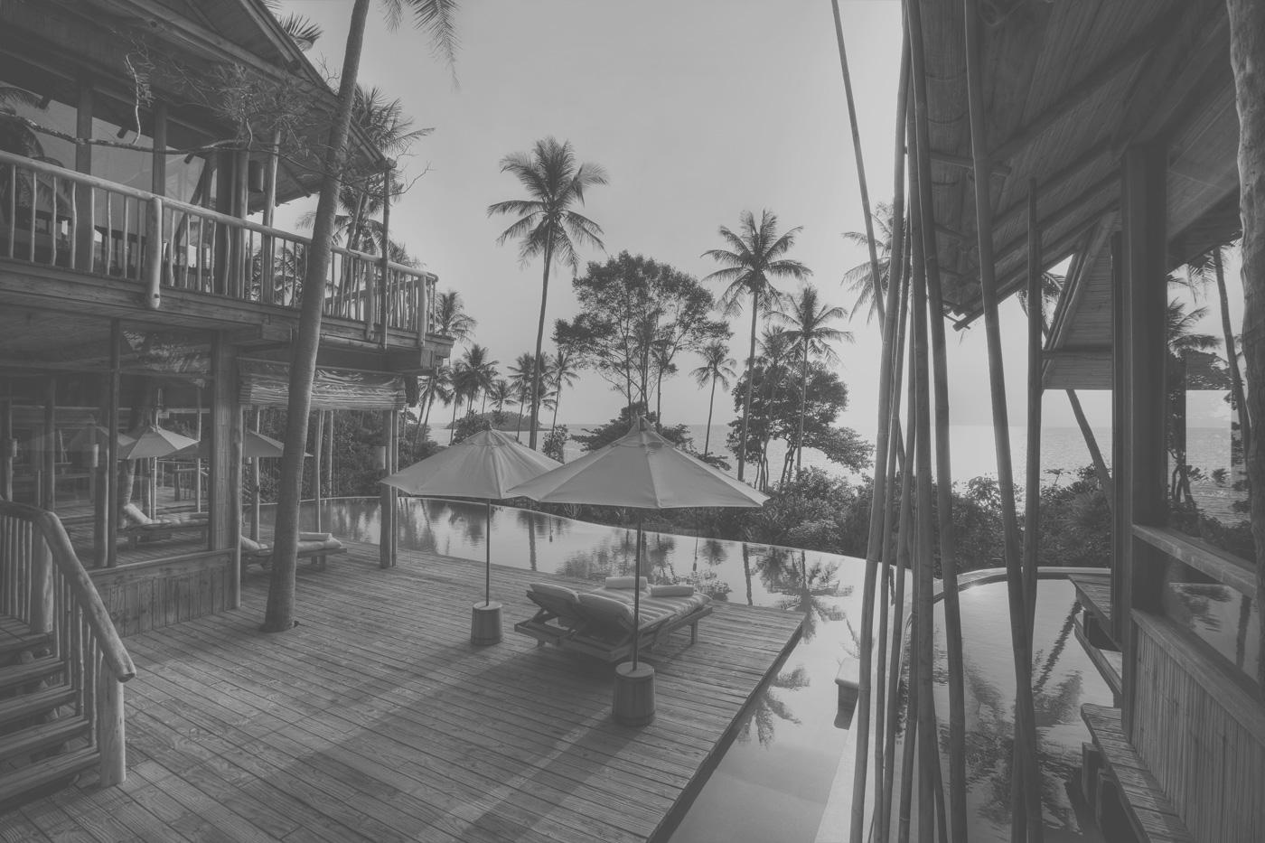 Sonnendeck mit Pool einer Villa im Soneva Kiri