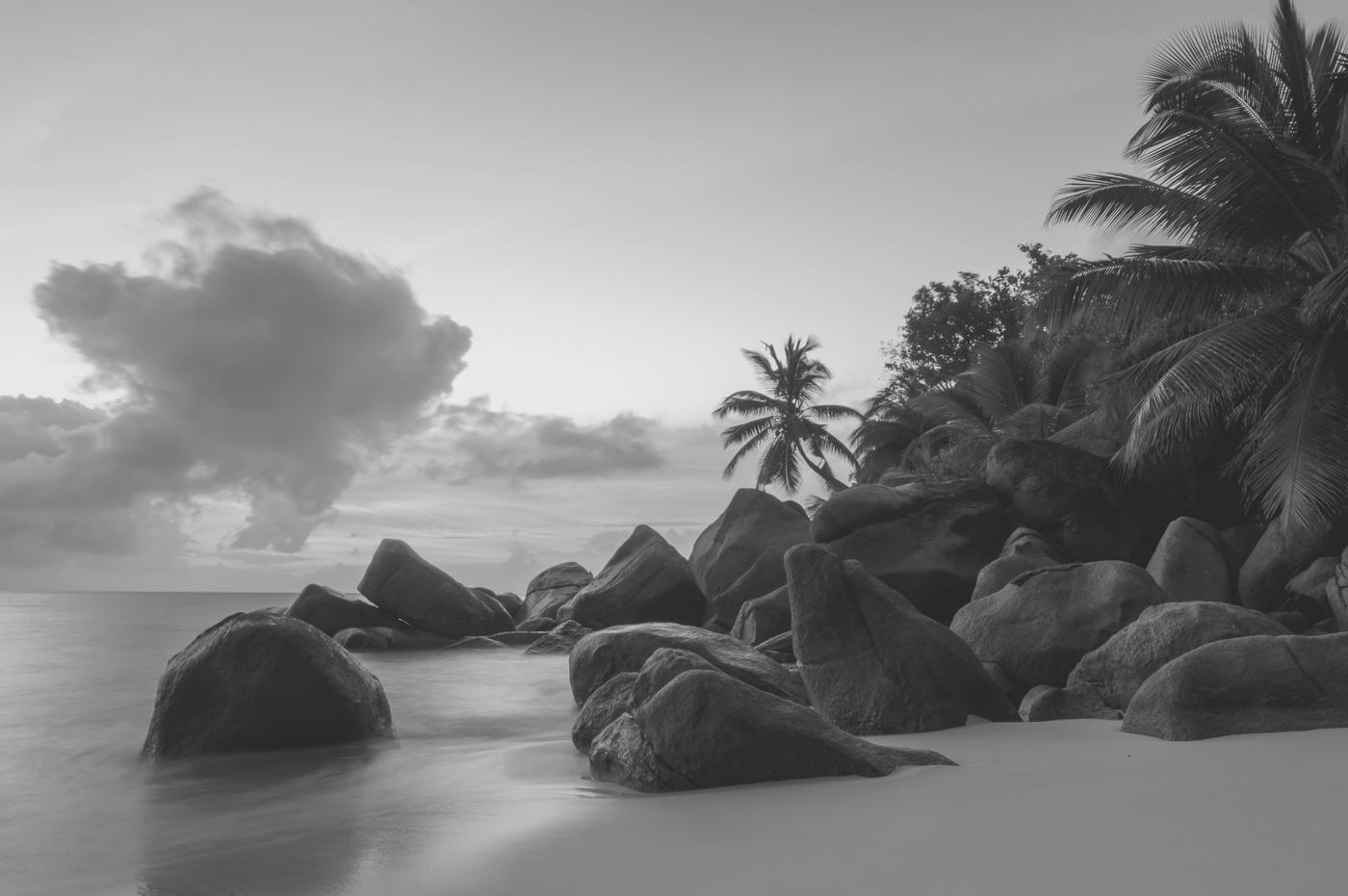 Strand mit Granitfelsen auf den Seychellen