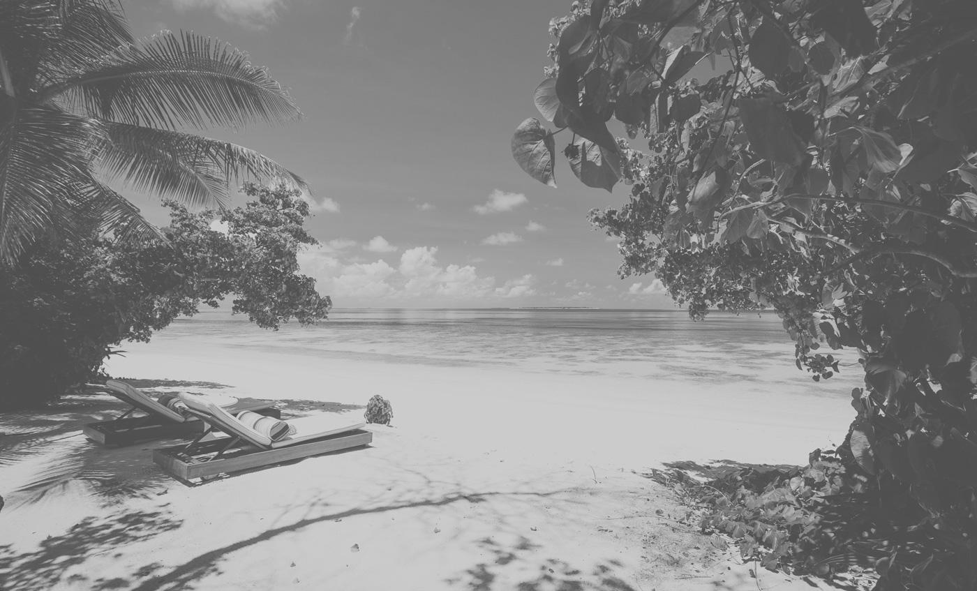 Strand mit zwei Sonnenliegen auf den Malediven