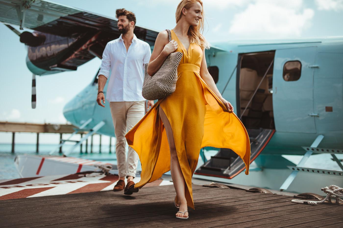 Mann und Frau steigen aus Wasserflugzeug im Joali aus