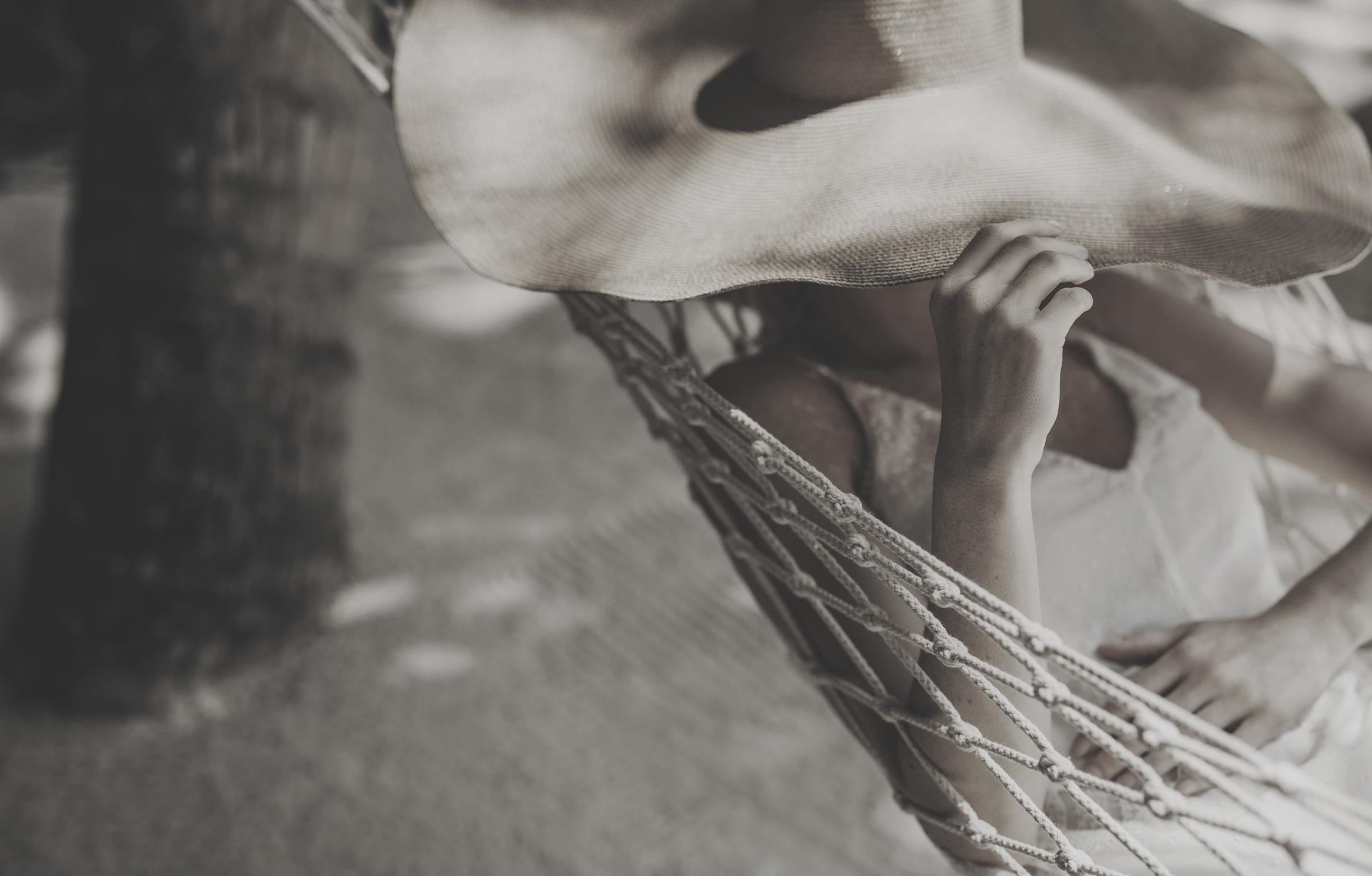 Frau entspannt in einer Hängematte auf den Malediven