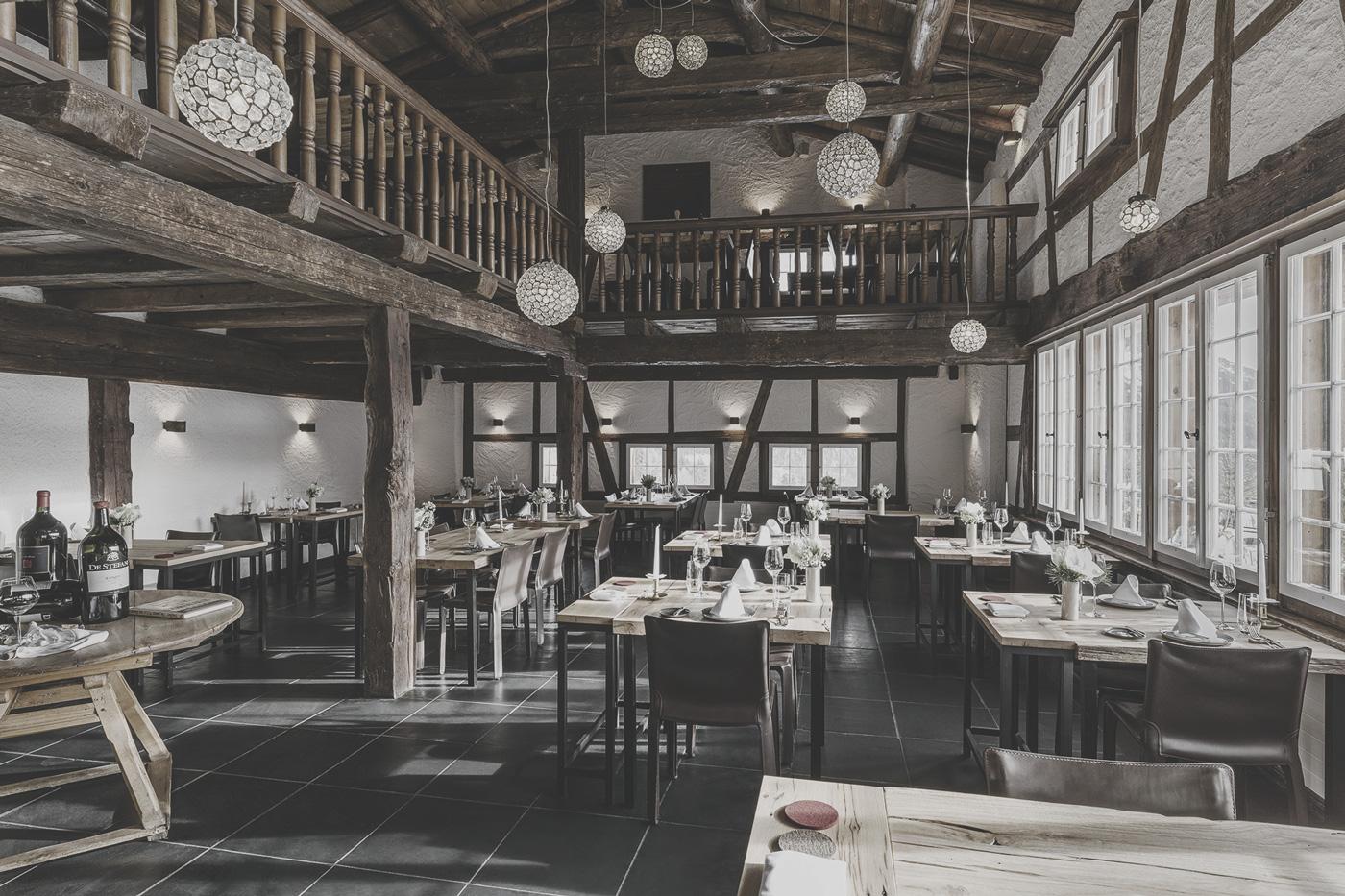 Gastraum mit Tischen im Restaurants des Guarda Val
