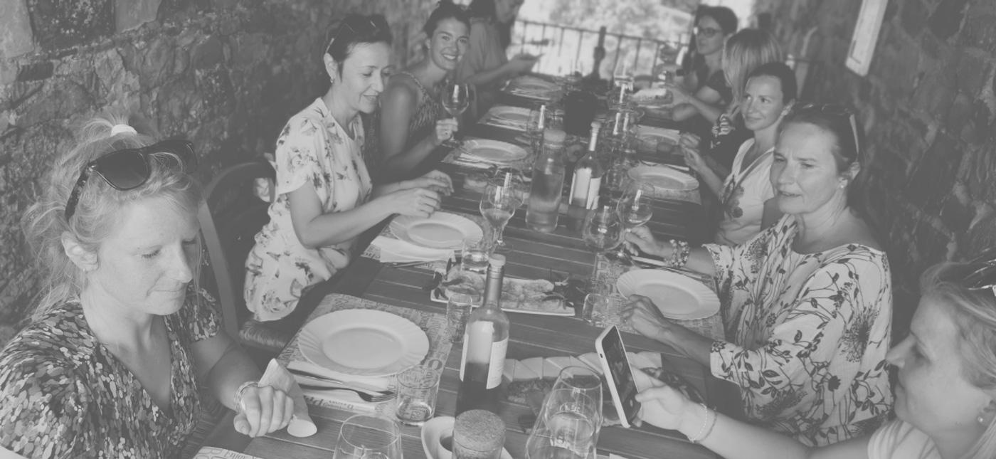 Ausflugsgruppe beim Essen im Weingut La Piagga
