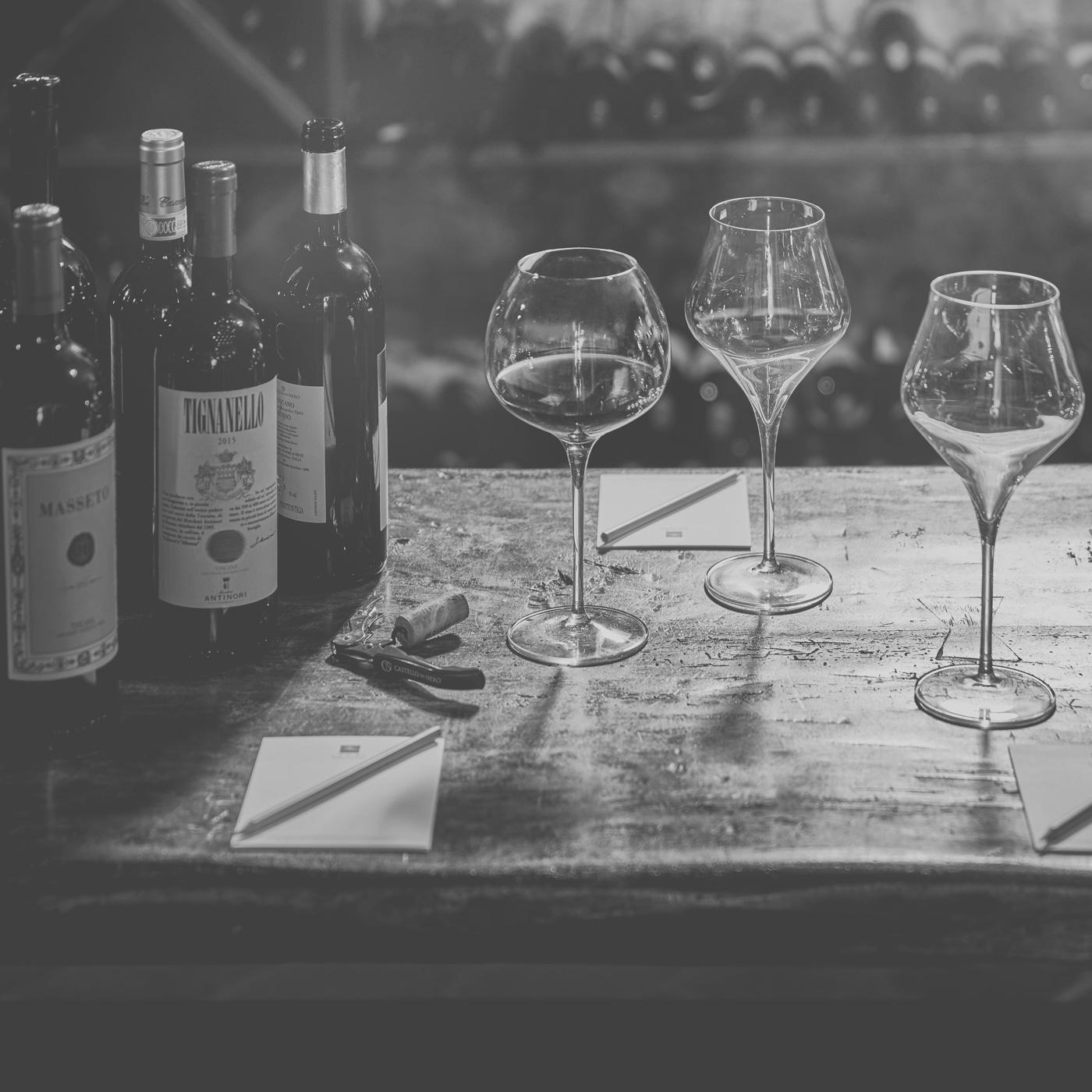 Weingläser und Weinflaschen bei einer Weinverkostung