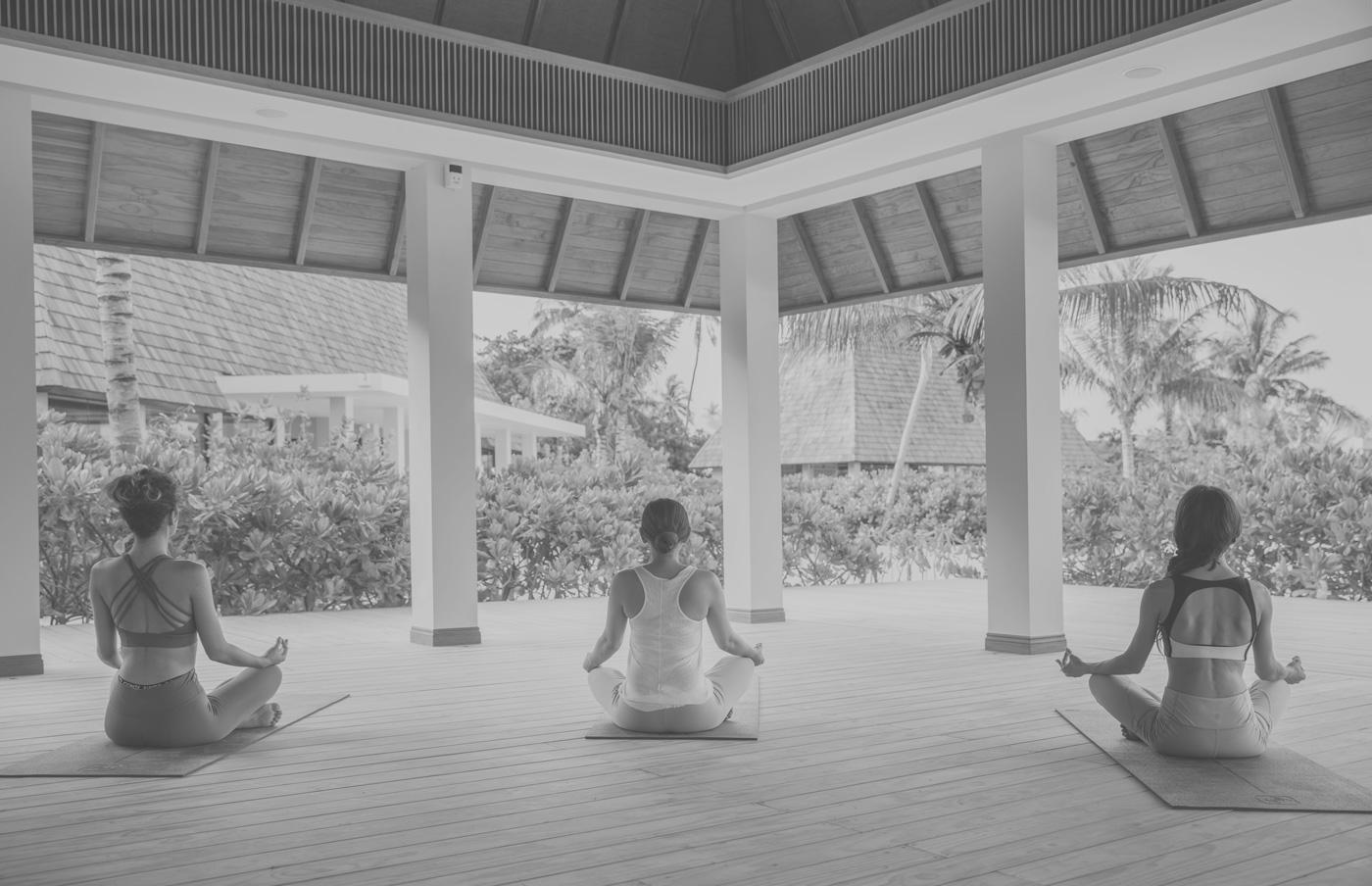 Frauen machen Yoga im Yoga-Pavillion