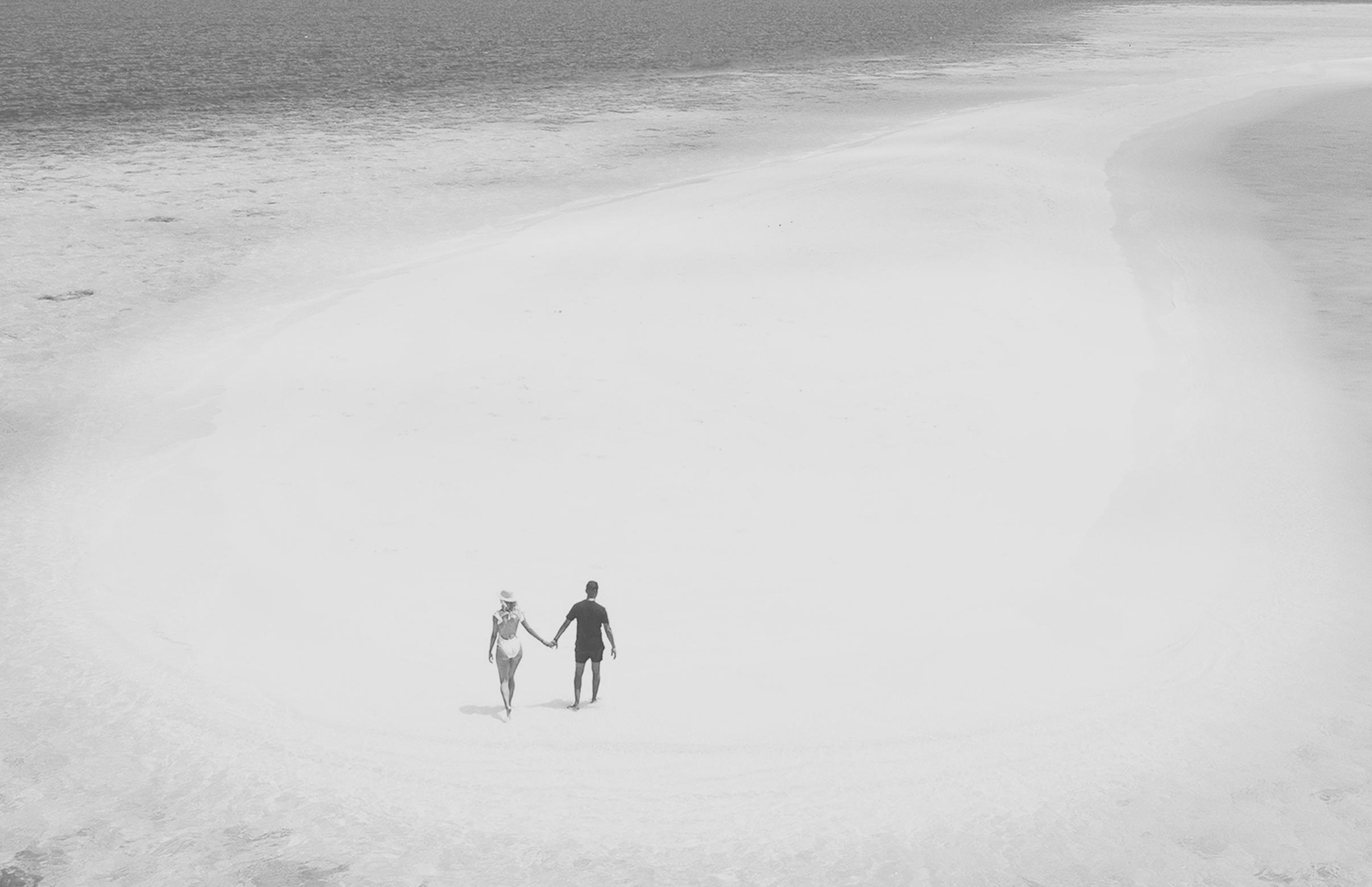Paar spaziert auf Sandbank