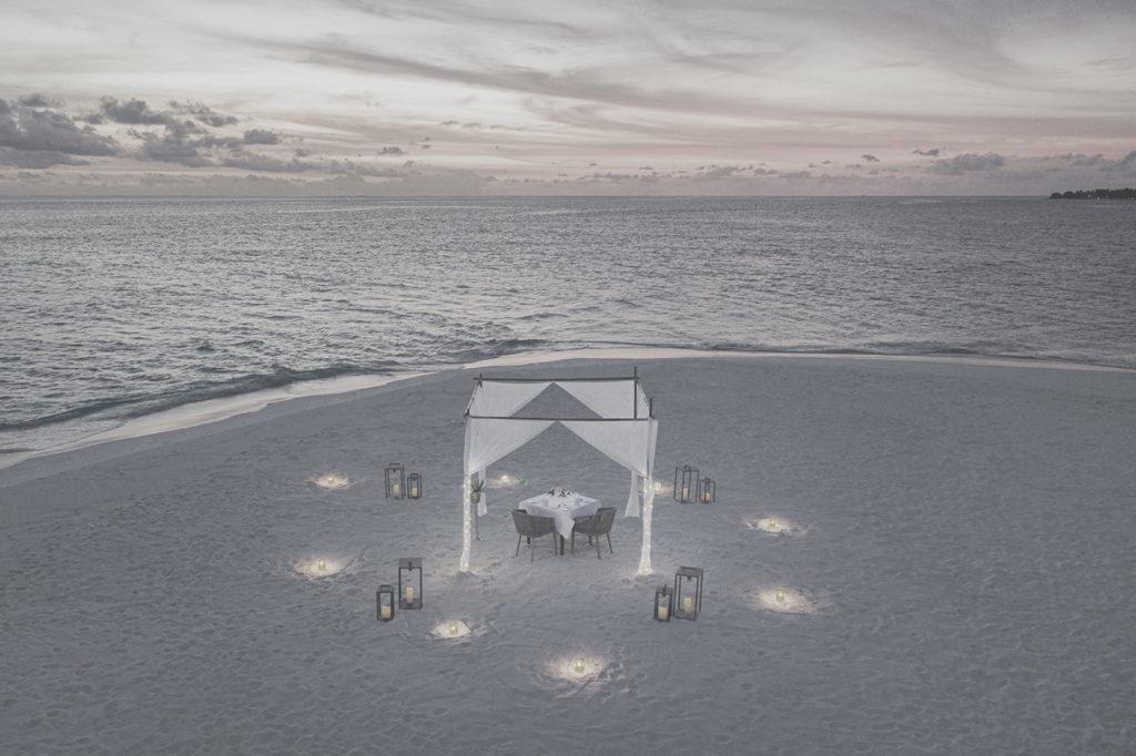 Romantisch dekorierter Tisch am Strand